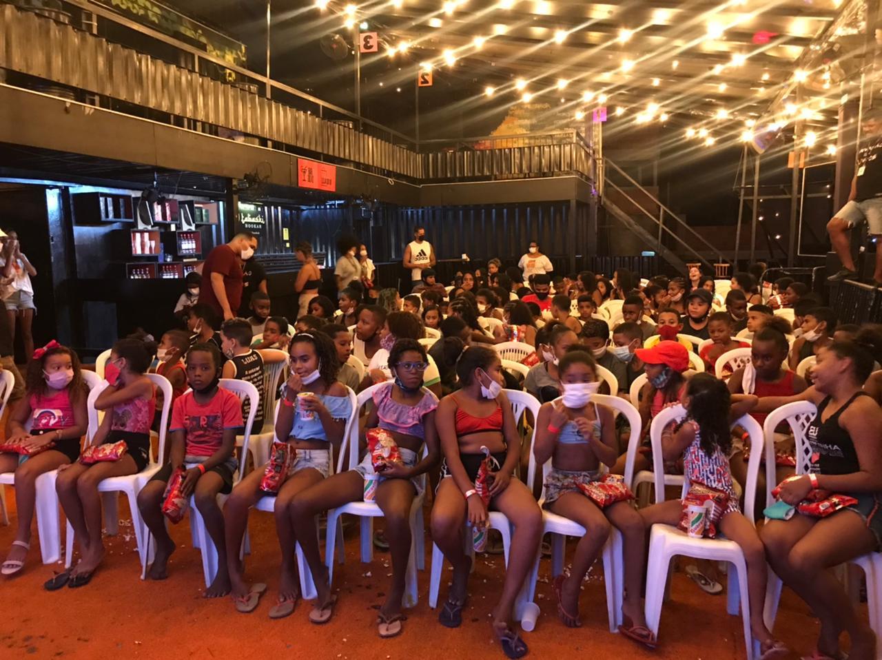 Projeto Cinema no Morro promoveu mais um dia de filmes às crianças da Penha