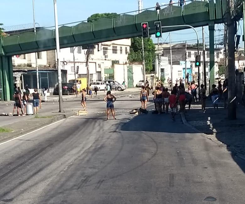 Operação policial em Vigário Geral deixa uma mulher morta; moradores fazem manifestação
