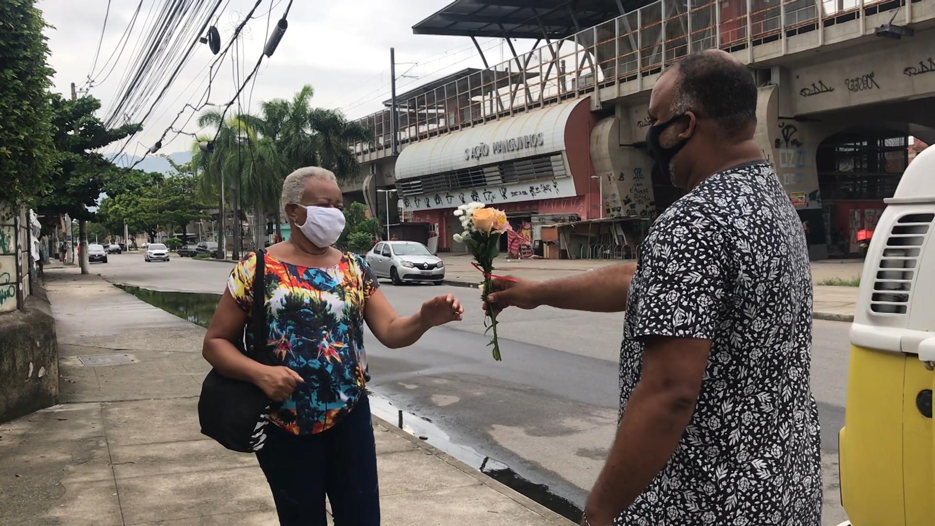 Morador de Manguinhos distribui 250 buquês em homenagem ao Dia da Mulher