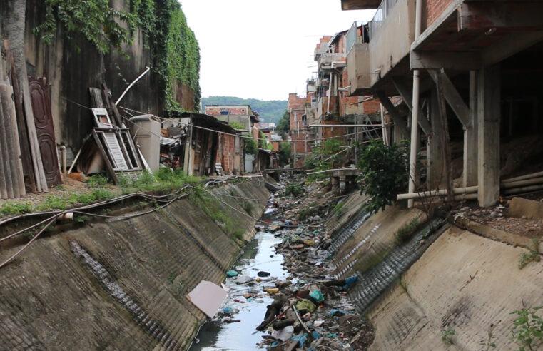 Valão das Casinhas: moradores ainda vivem com esgoto a céu aberto e lixo na porta de casa