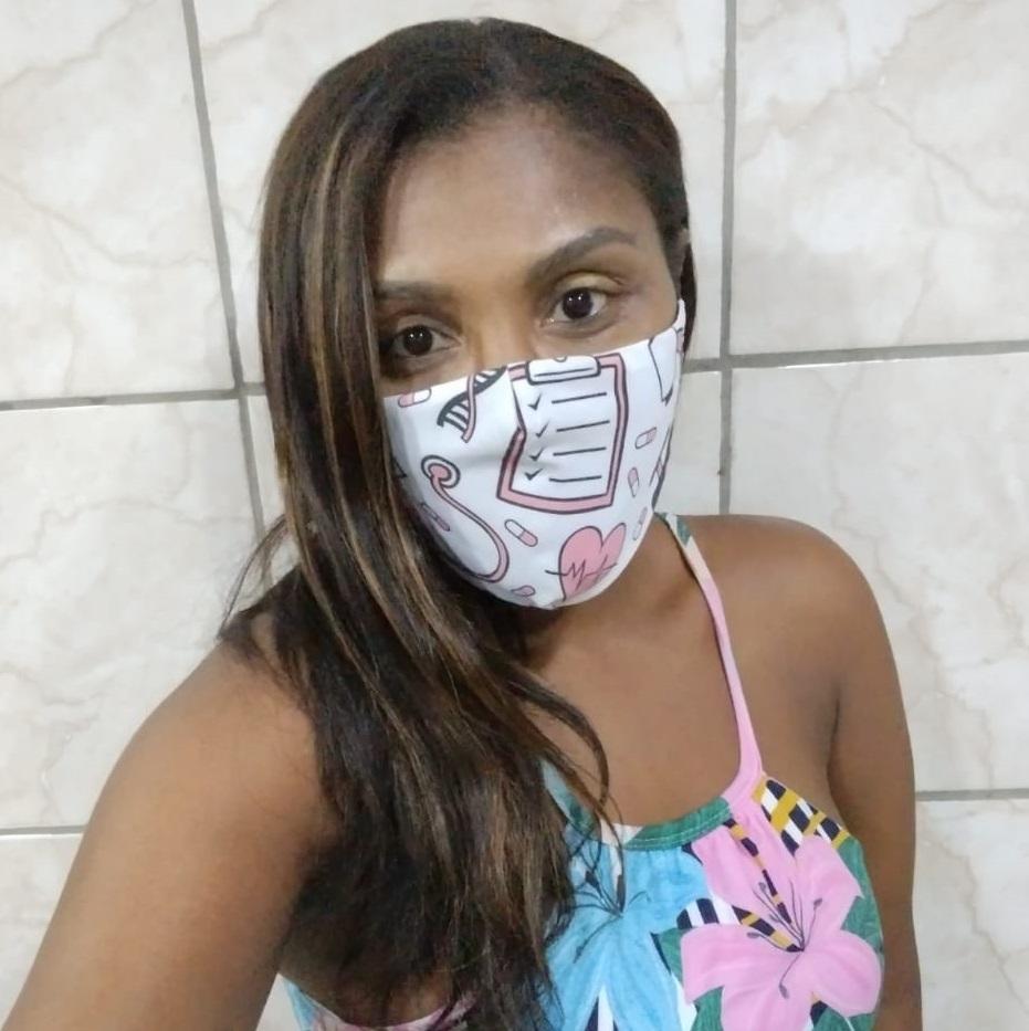 Em casa, moradora do Alemão cria máscaras personalizadas contra Covid-19