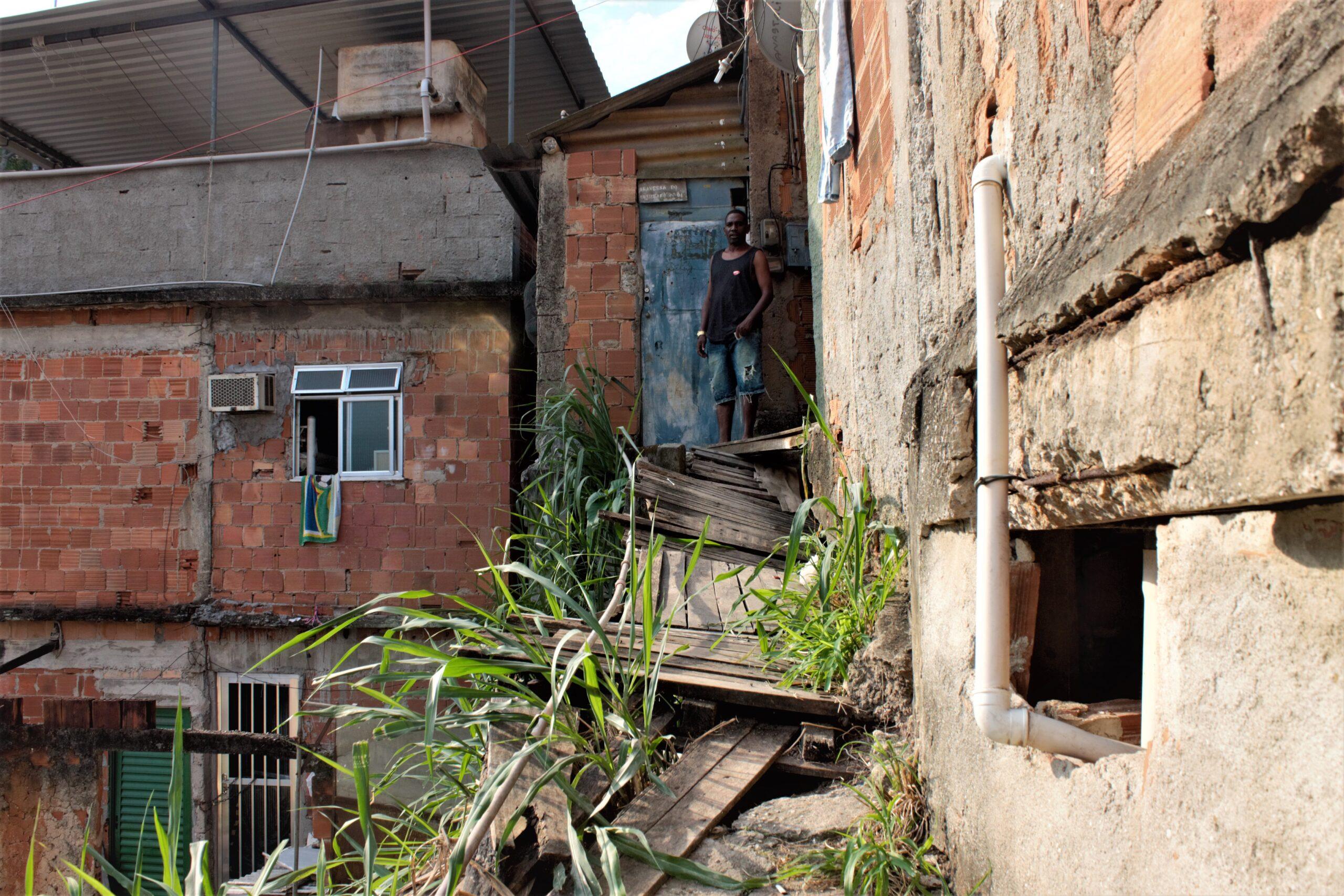 Calçadas na localidade da Alvorada cedem e casas correm o risco de desabar