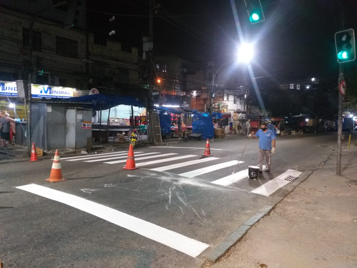 Prefeitura realiza pintura da faixa de pedestres em frente ao sinal da Nova Brasília
