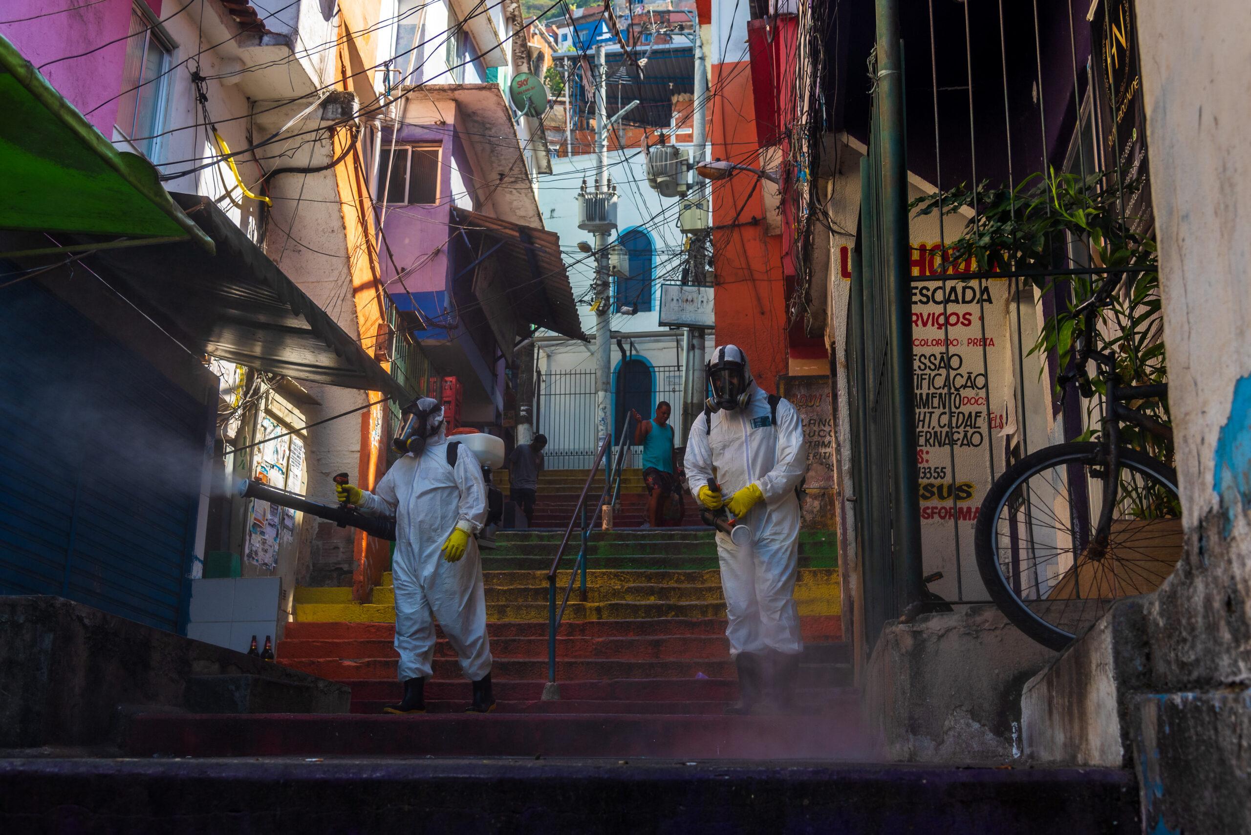 Santa Marta Contra a Covid-19: moradores voluntários sanitizam a favela desde o início da pandemia