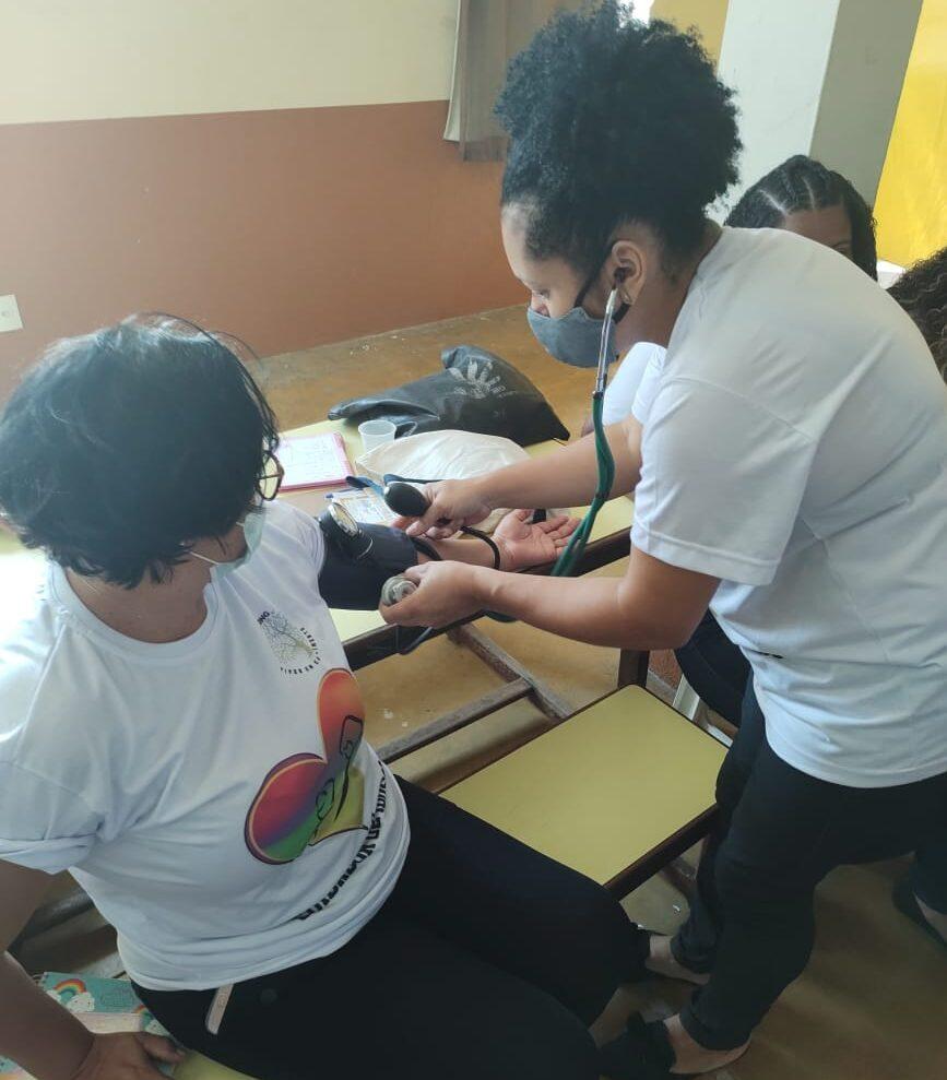Na Comunidade da Mangueira, ONG Viver em Crescimento prepara moradores para atuarem como cuidador de idosos
