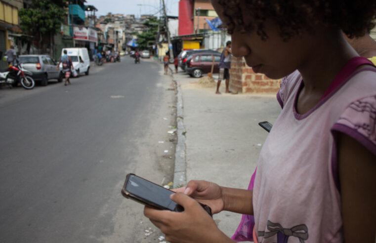 Desconectados: falta de sinal no Complexo da Penha dificulta rotina de moradores