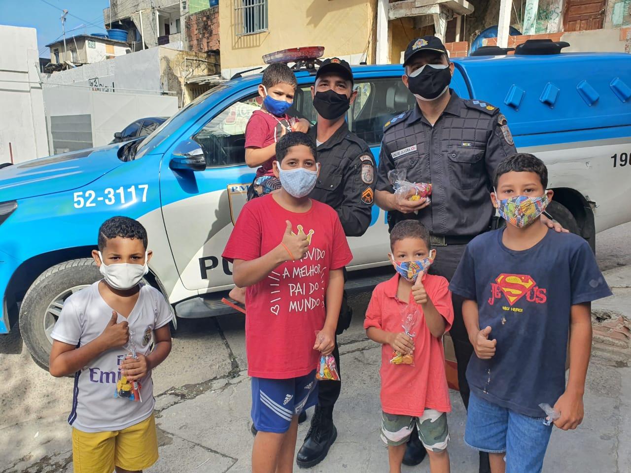 Ação da UPP do Vidigal distribui chocolates para crianças e adolescentes na comunidade