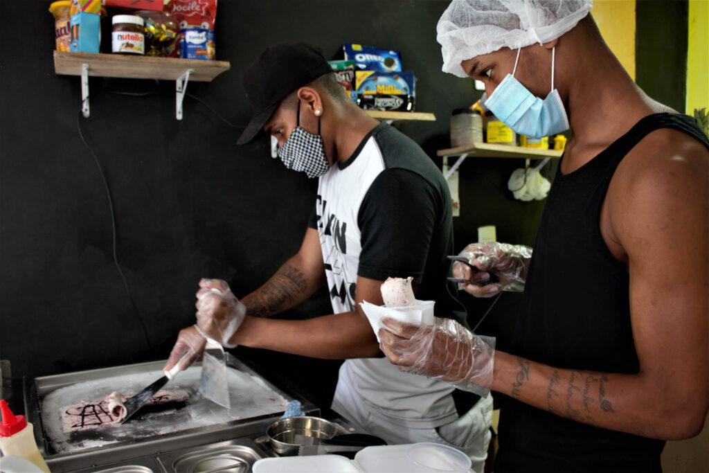 Localizad no Complexo do Alemão, sorveteria traz a novidade de sorvetes na chapa para a comunidade.