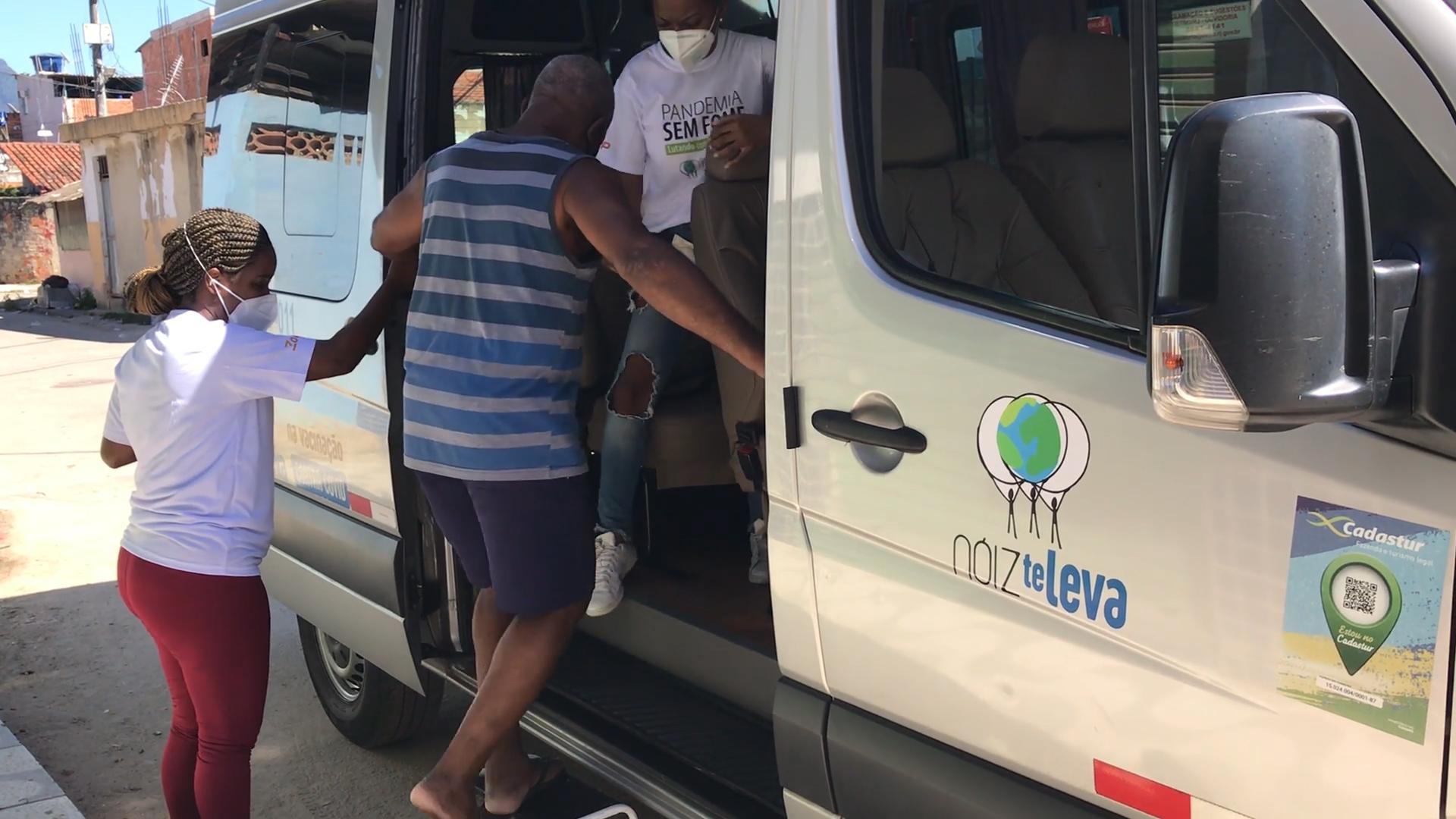 ONG da Cidade de Deus busca idosos em casa para vacinar contra a Covid-19