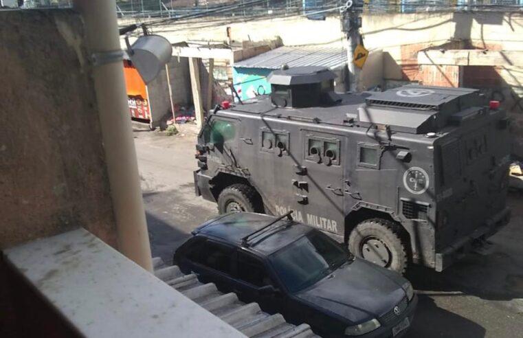 Complexo do Alemão amanhece com operação da PM e intenso tiroteio nesta quinta-feira (22)