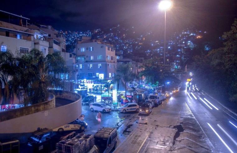 Favela da Rocinha recebe 1.500 novas luminárias de LED em iniciativa da Prefeitura do Rio