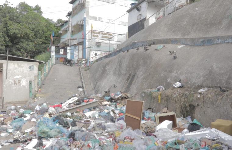 No Alemão, lixão acumulado em frente a creche dificulta passagem de funcionários e moradores