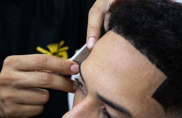 Amigos dentro e fora do salão, jovens barbeiros do Alemão estão literalmente fazendo barba, cabelo e bigode da comunidade