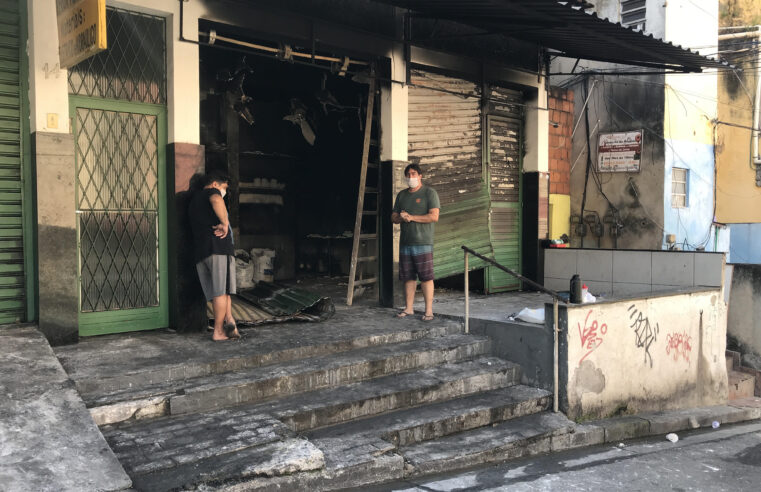 Padaria pega fogo no Alemão e proprietário pede ajuda para reconstruir a loja