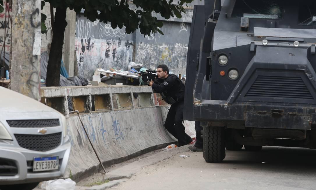 Jacarezinho amanhece com intenso tiroteio devido à operação da polícia civil