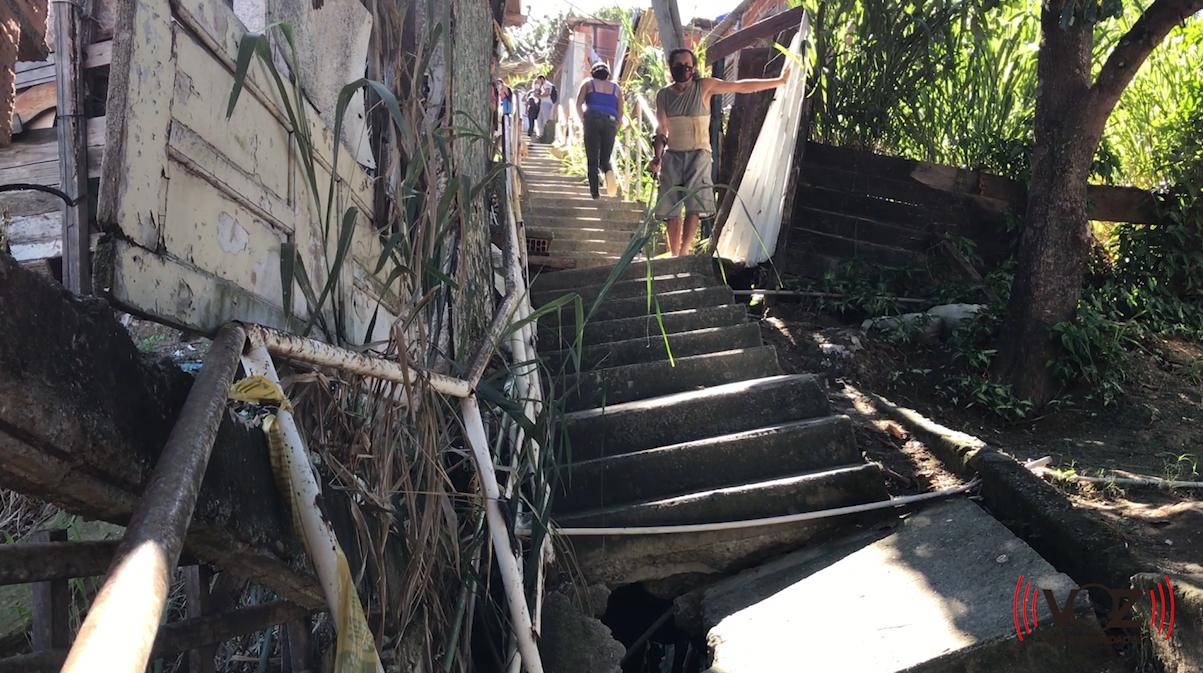 """""""Estamos esquecidos"""": Escada que desabou há seis meses no Alemão segue sem solução"""