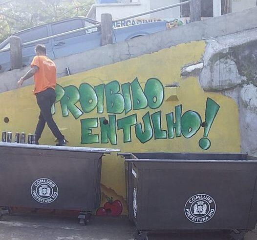 Na favela do Vidigal, moradores recebem instalações dos primeiros 27 novos contêineres de lixo