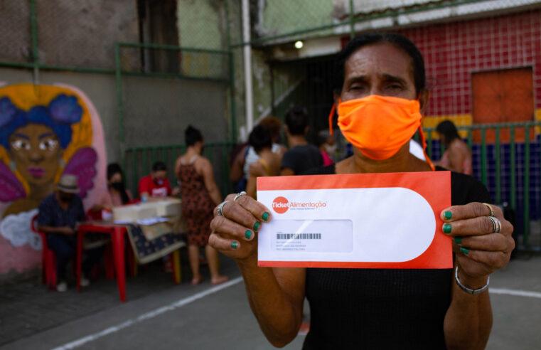 Jogando dentro e fora da quadra: Projeto de futebol feminino distribui 200 cartões de cestas básicas em Manguinhos