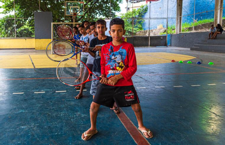 """Quebrando barreiras através do esporte, projeto social """"saca"""" valores do tênis no Alemão"""
