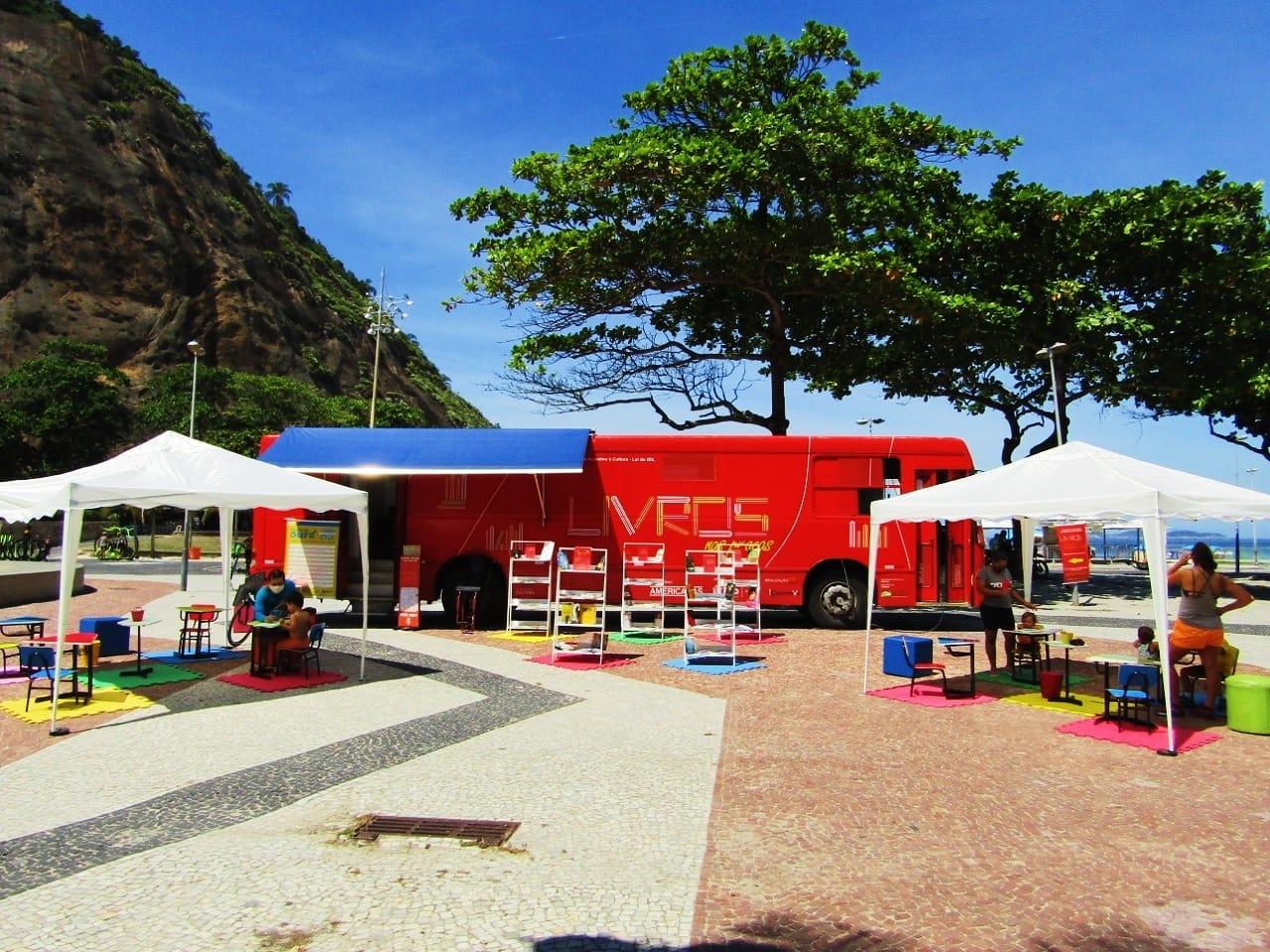 """Democratizando o acesso à leitura, projeto disponibiliza """"ônibus-biblioteca"""" nas comunidades do Rio"""