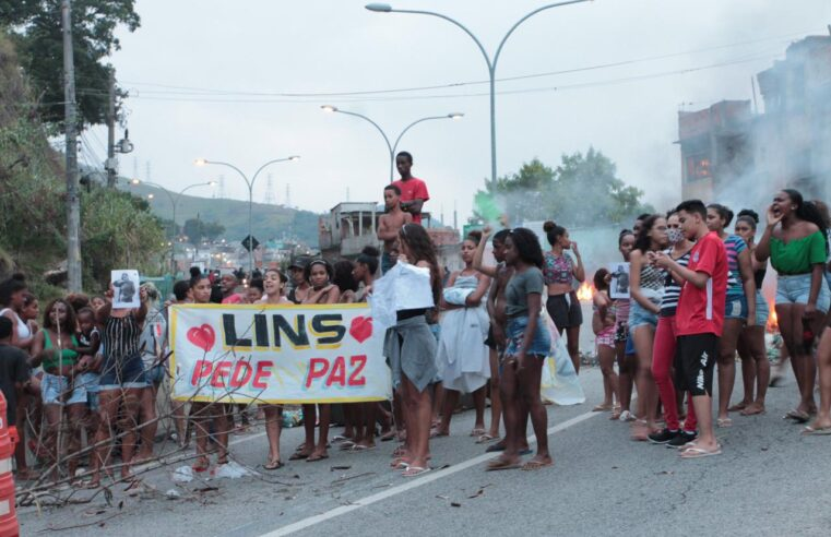 Após morte de jovem grávida na comunidade do Lins, moradores protestam na autoestrada Grajaú-Jacarepaguá