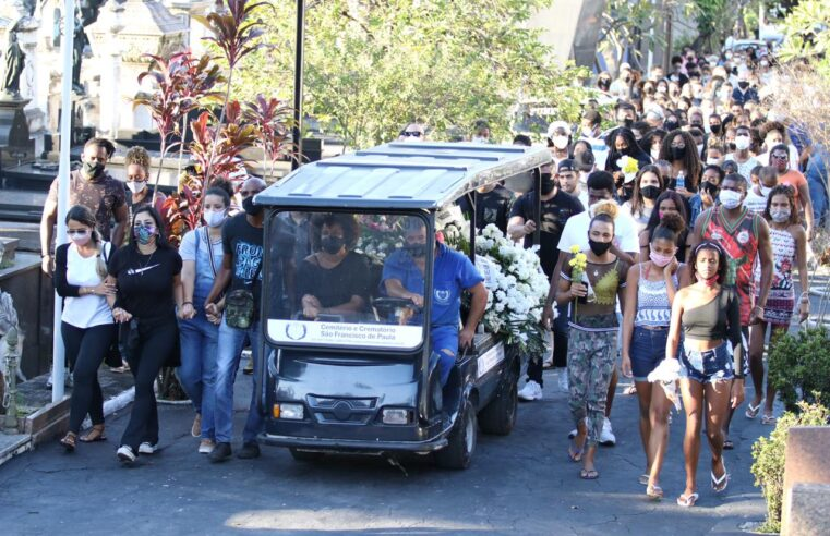 Cobrando justiça, familiares enterram Kathlen Romeu na tarde desta quarta-feira