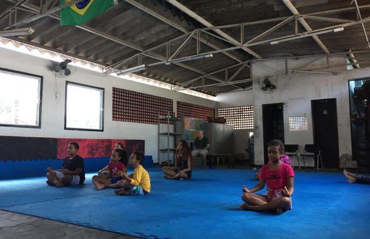 Buscando o equilíbrio: Professor oferece aulas de yoga gratuita para moradores do Vidigal