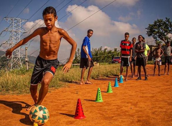 Correndo atrás do sonho: Projeto social do Morro da Formiga une futebol e incentivo aos estudos