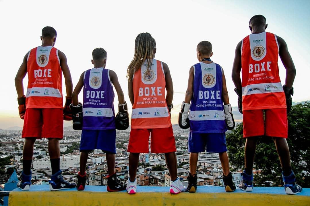 Projeto de boxe no Morro do Tuiuti transforma a vida de jovens por meio do esporte