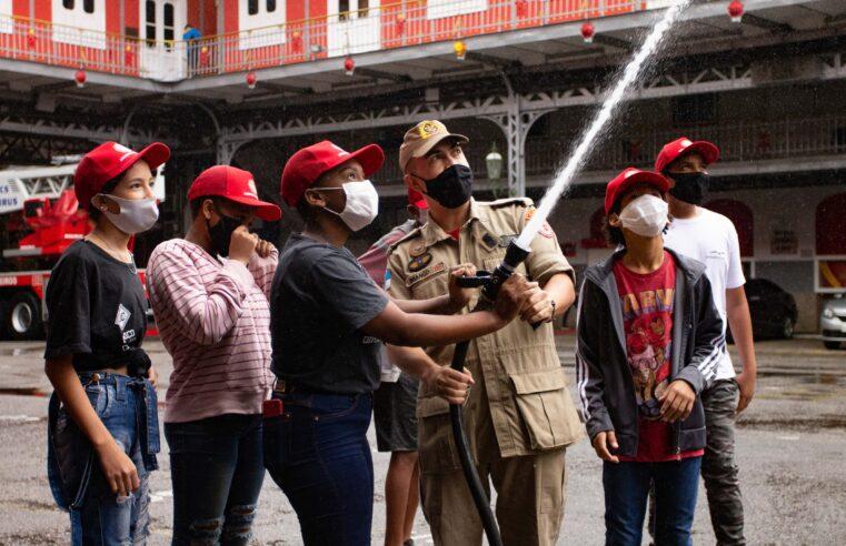 Voz das Comunidades leva crianças do Alemão para visitar o Quartel Central dos Bombeiros