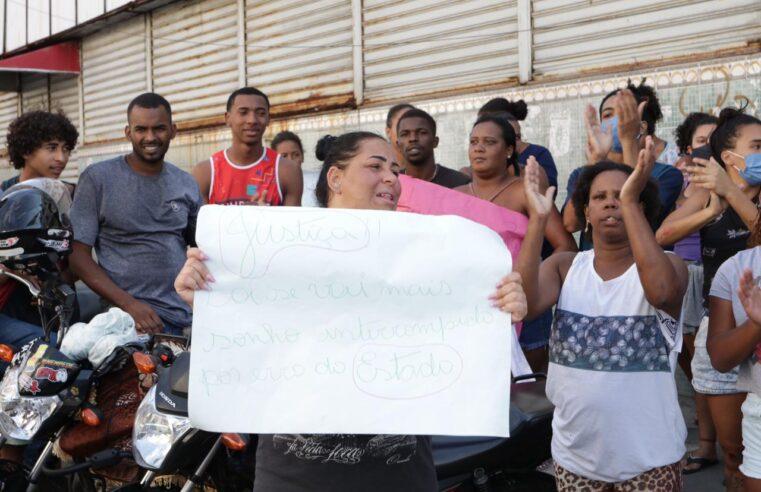 Moradores fecham Avenida Bráz de Pina em protesto pela morte de adolescente na Penha