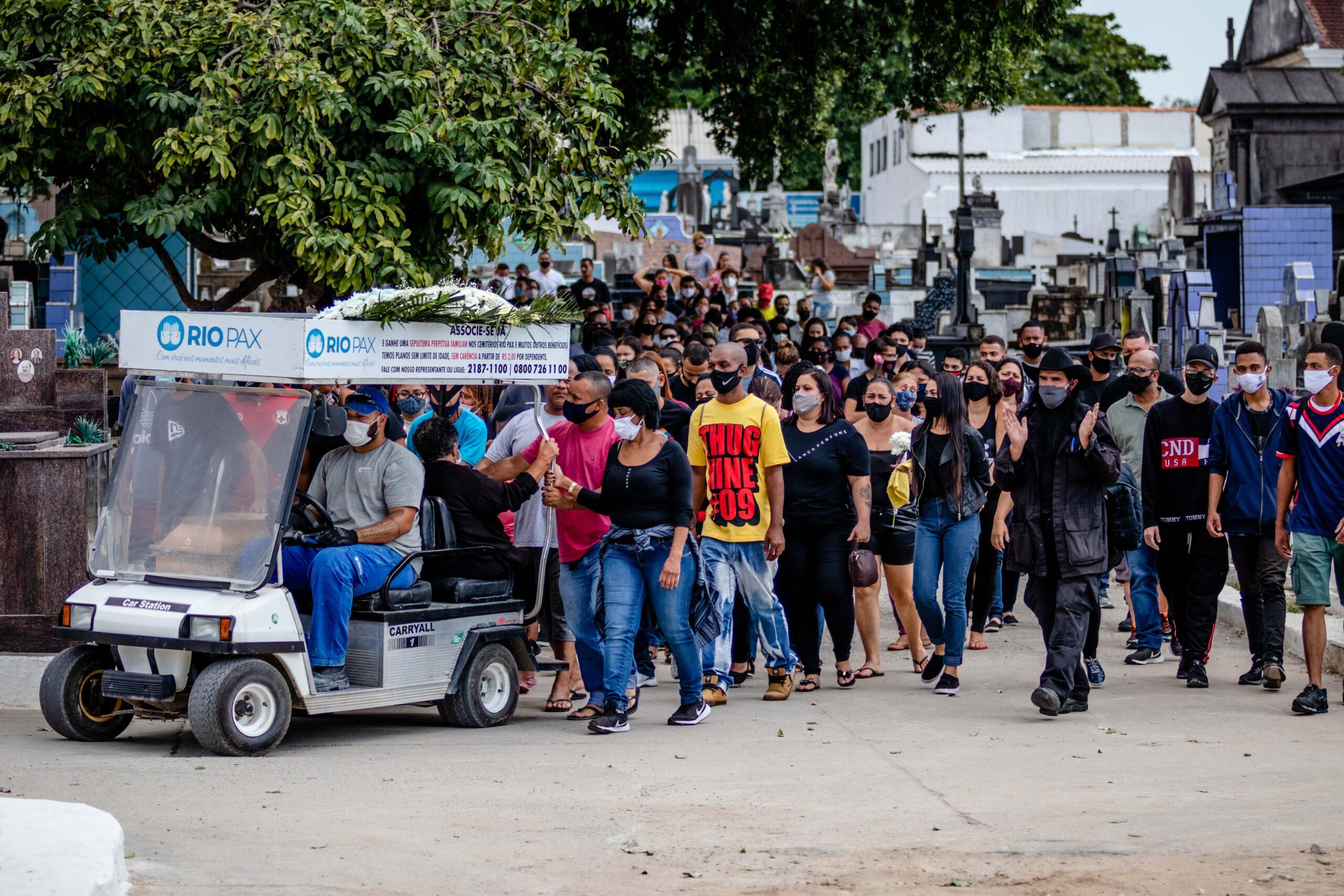 Corpo de adolescente morto no Complexo da Penha durante operação é enterrado no Rio