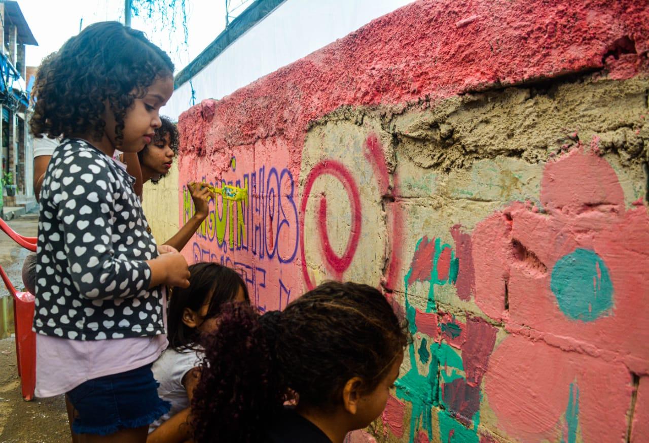 Reinventando a favela: Coletivo Manguinhos Cria promove grafitaço com crianças da comunidade