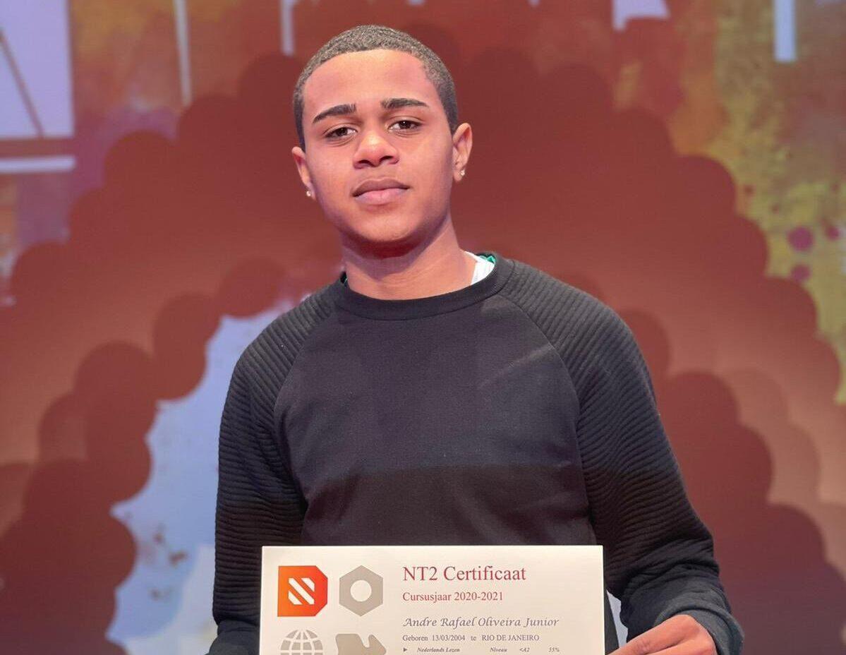 Nascido no Complexo da Penha, jovem estudante se forma em Escola de Imigrantes na Holanda