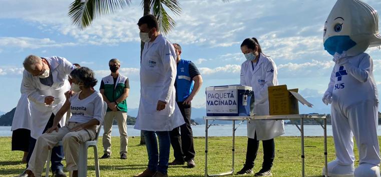 Maré e Manguinhos poderão receber projeto de vacinação em massa iniciado em Paquetá