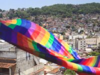 Bandeira do arco-íris, que representa a comunidade LGBT, tremula em frente a favela - Talita Nascimento