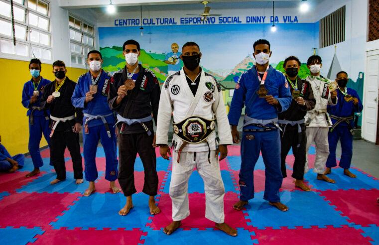 Disciplina através do esporte: projeto social ensina Jiu-Jitsu e valores no Morro dos Macacos