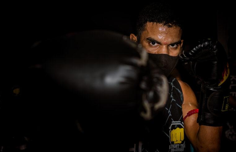 Além dos limites: atleta do Alemão com paralisia cerebral conquista cinturão de Muay Thai