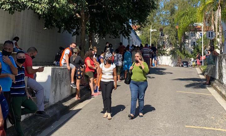 Mais de mil moradores são vacinados contra Covid-19 neste sábado no Complexo do Alemão