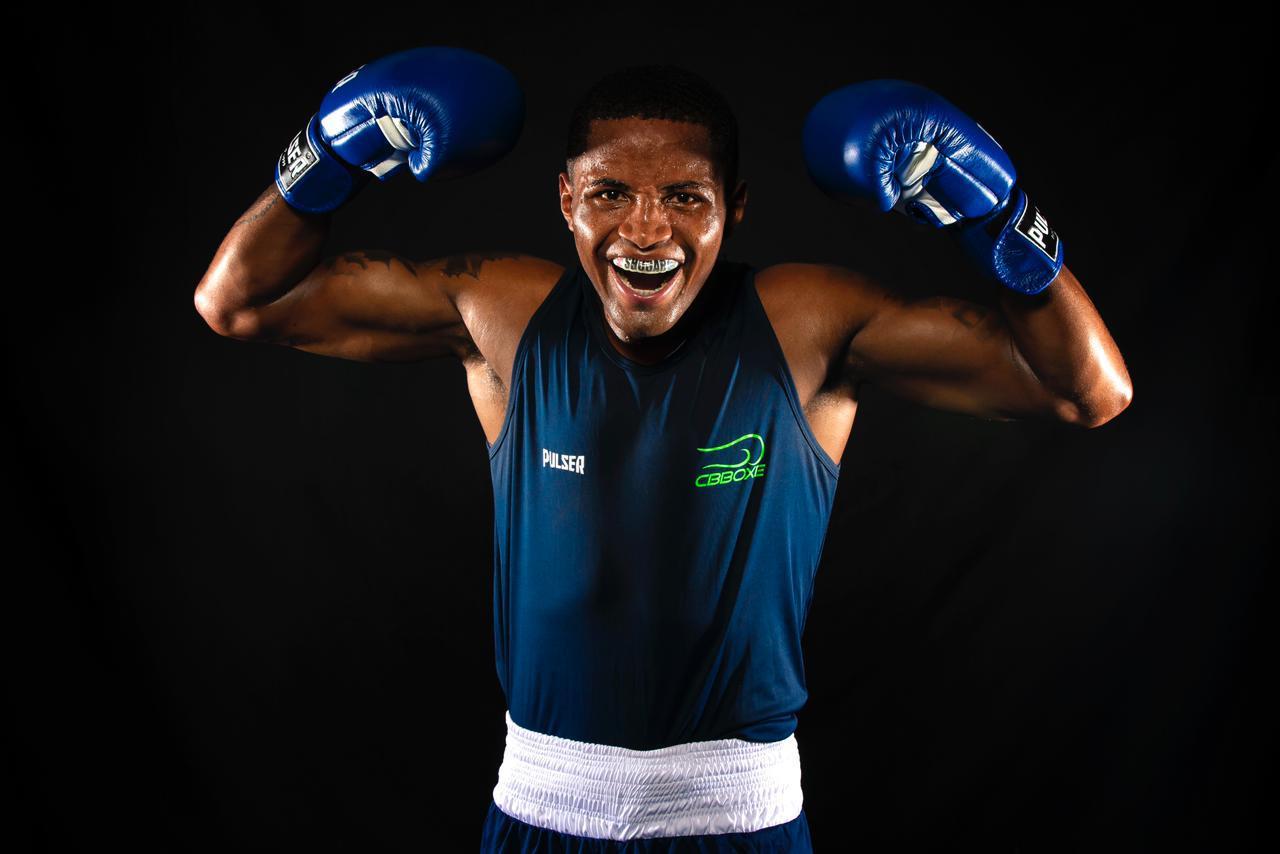 Cria da Maré, o boxeador Wanderson Oliveira estreia com vitória em Tóquio