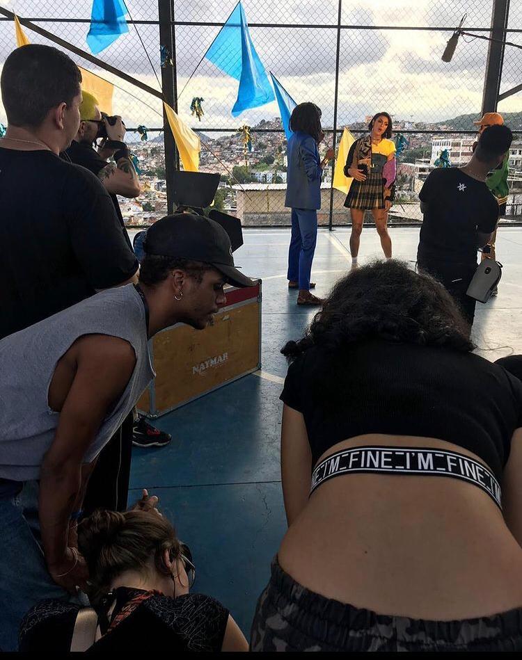 Tiago (de cinza) fez parte da equipe de produção do clipe Amarelo do cantor Emicida, gravado no Complexo do Alemão