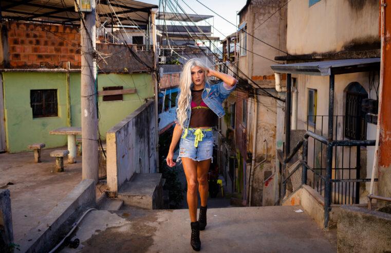 Conheça a drag queen Alice, interpretada por artista do Alemão que quebra preconceitos