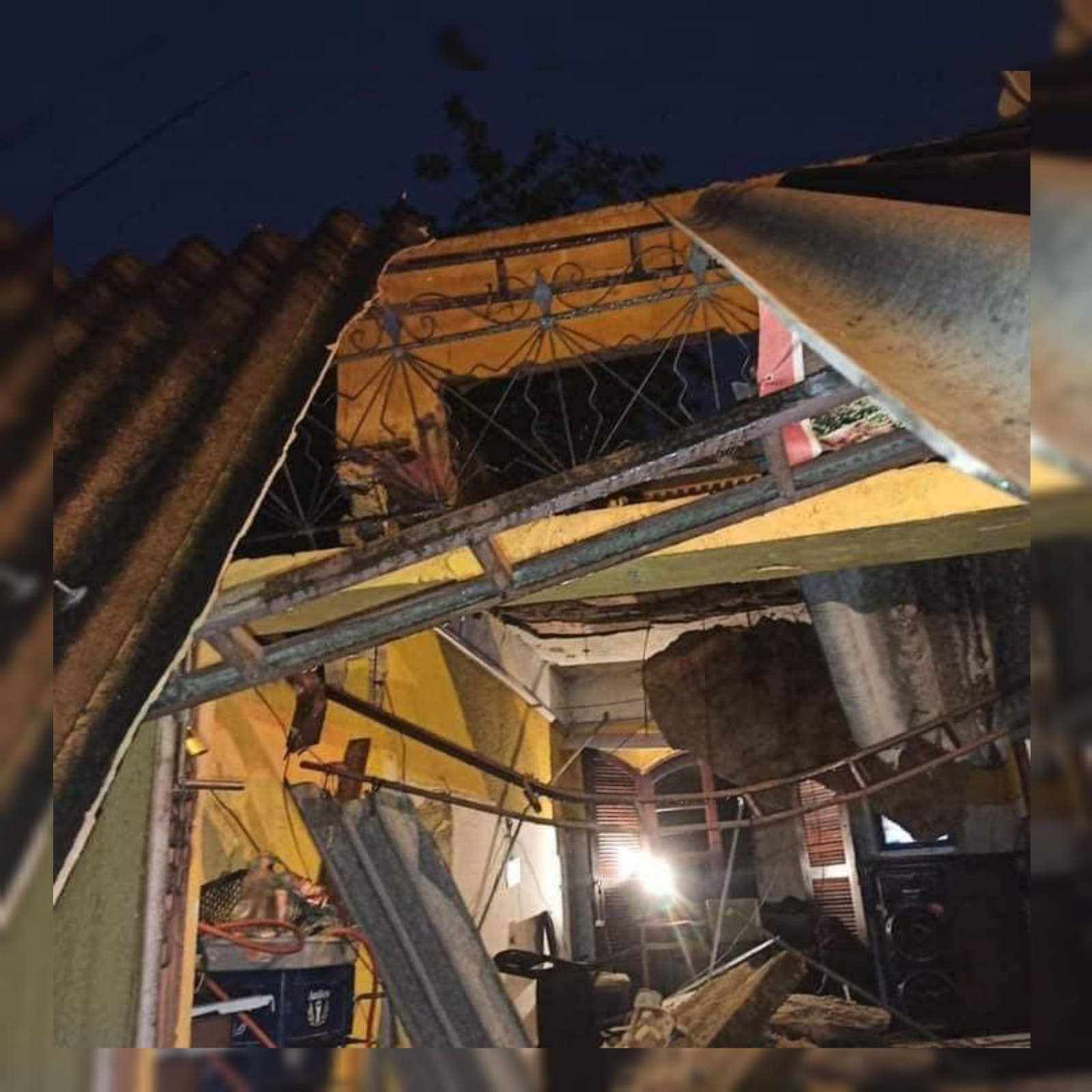 Cinco pessoas ficaram presas após teto de casa desabar na Vila Kennedy