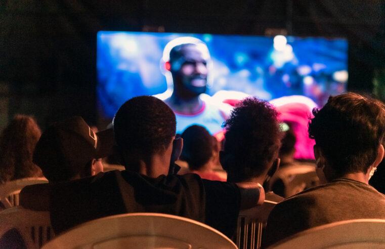 Projeto Cinema Itinerante transforma quadra em sala de cinema no Alemão