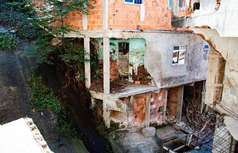 Moradores do Vidigal ainda sofrem as consequências do deslizamento de 2019 e temem nova tragédia