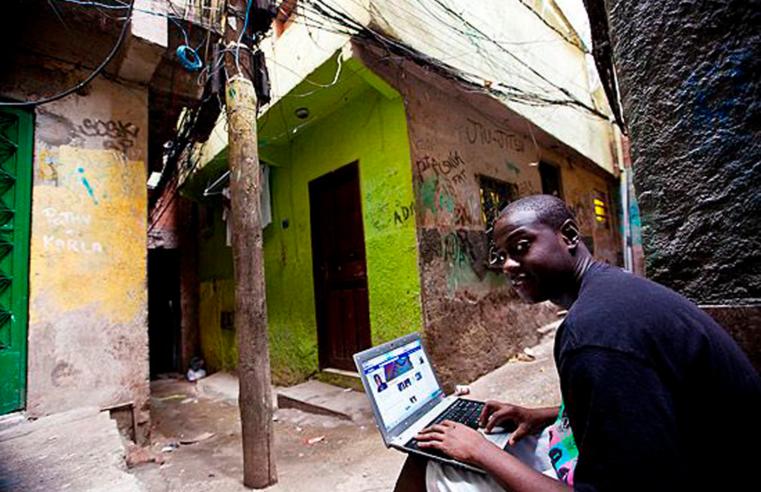 ONGs e Unicef vão distribuir kits de conectividade para jovens da Maré