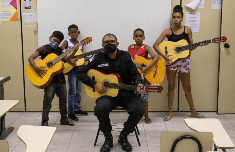 Policiais dão aulas em projeto social na Vila Cruzeiro