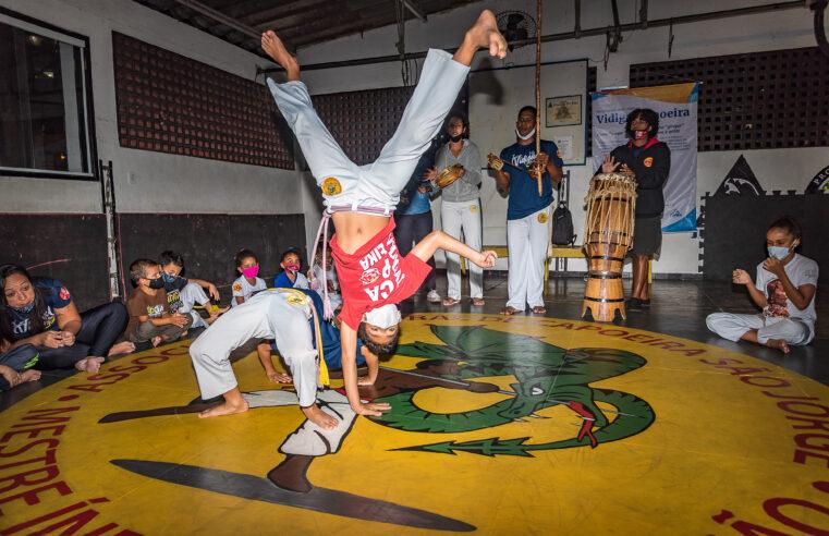 Projeto de capoeira dá aulas para jovens e adultos no Vidigal