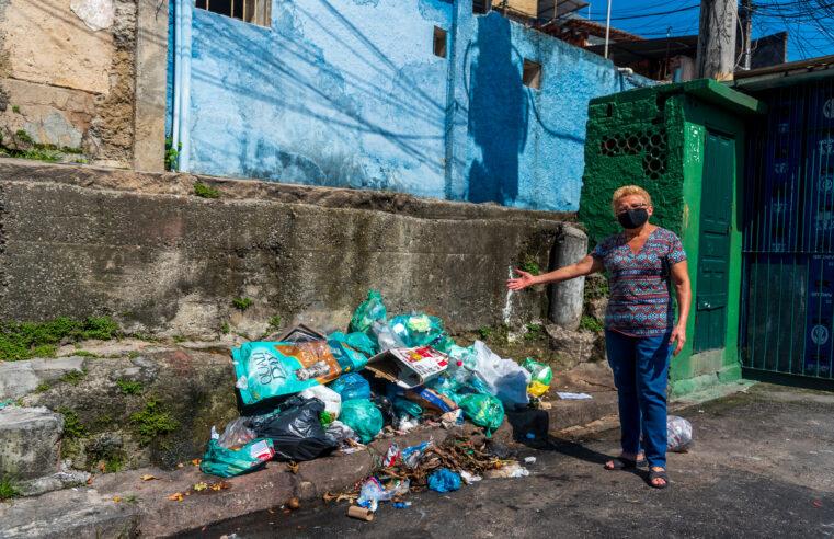 Ainda sem a instalação de caçambas, moradores do Alemão reclamam de lixo a céu aberto