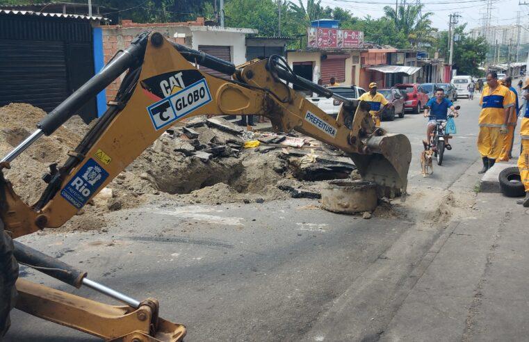 Secretaria de Conservação inicia reparo em buraco na rua Austregésilo, no Alemão